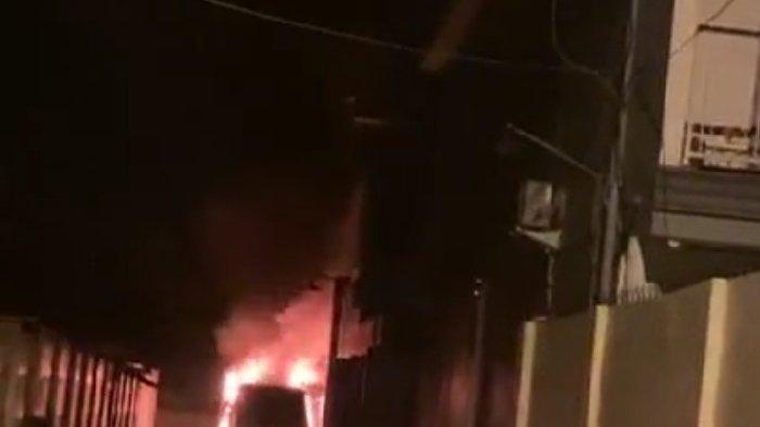 Mobil Via Vallen terbakar.