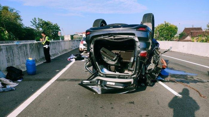 Kondisi mobil wakil ketua pimpinan DPRD Kabupaten Pekalongan yang terlibat kecelakaan di tol Solo-Ngawi.