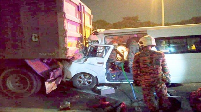 Mobil yang ditumpangi Kento Momota (25), warna putih menabrak truk di jalan tol menuju Bandara Kuala Lumpur, Senin (13/1/2020) pagi.