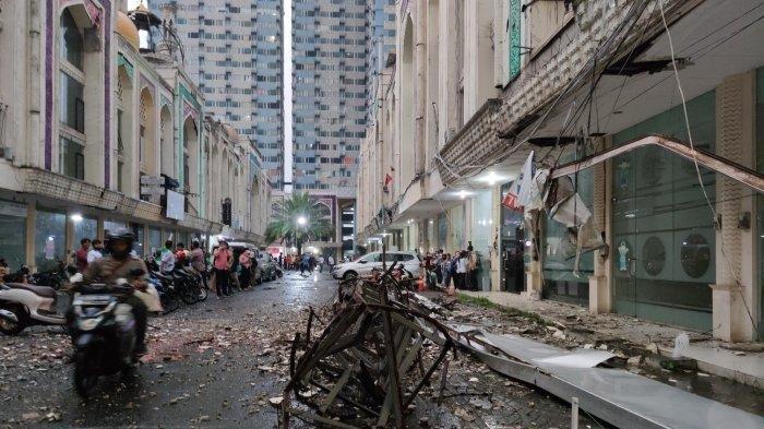 Mobil Ringsek Tertimpa Plang Ruko yang Patah di Kompleks Ruko Saladin, Margonda