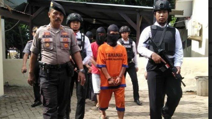 Moch Sabik Setiyawan (28) warga Kecamatan Rejoso, Kabupaten Pasuruan ditangkap karena tega menjual istri untuk berzina dengan teman-temannya.