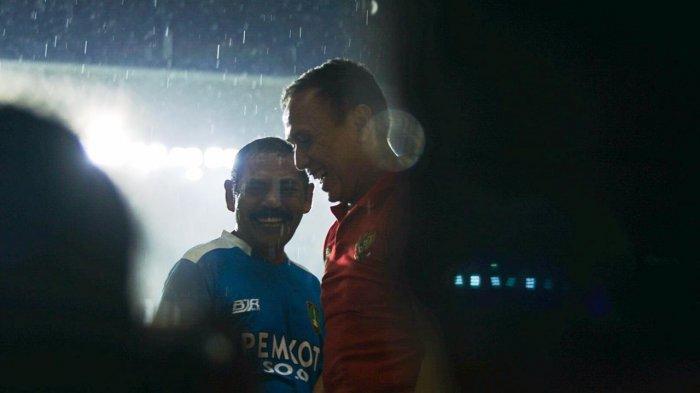 Mochamad Iriawan (Ketum PSSI) bersalaman dengan Walikota Solo, FX Rudy Hadyatmoko di Stadion Manahan Solo, Sabtu (15/2/2020).