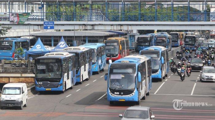 AKAN KEMBALI BEROPERASI - Bus TransJakarta sedang melayani rute angkutan di Halte Sentral Harmoni, Jakarta Pusat, Rabu (6/5/2020). Sesuai keputusan Menhub, mulai Kamis (7/5/2020) ini seluruh moda transportasi darat, laut dan udara akan kembali beroperasi dengan persyaratan memenuhi protokol kesehatan. (WARTAKOTA/Nur Ichsan)