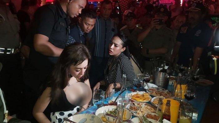 Messya Iskandar bersama kedua temannya mendadak bikin heboh Motel Mexicola, Jalan Kayu Jati Nomor 9 Seminyak, Sabtu (30/11/2019). Messya Iskandar menolak keras upaya petugas gabungan untuk melakukan tes urine pada dirinya bersama teman-temannya. TRIBUN BALI/RINO GALE