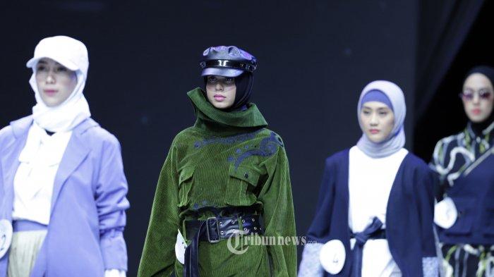Model mengenakan busana rancangan sejumlah desainer muda pada Modest Young Designer Competition (MYDC) Indonesia Muslim Fashion Festival (MUFFEST) 2020 di Jakarta Convention Center, Jakarta, Sabtu (22/2/2020). MYDC digelar untuk menjaring talenta desainer muda di bidang fashion muslim. TRIBUNNEWS/HERUDIN