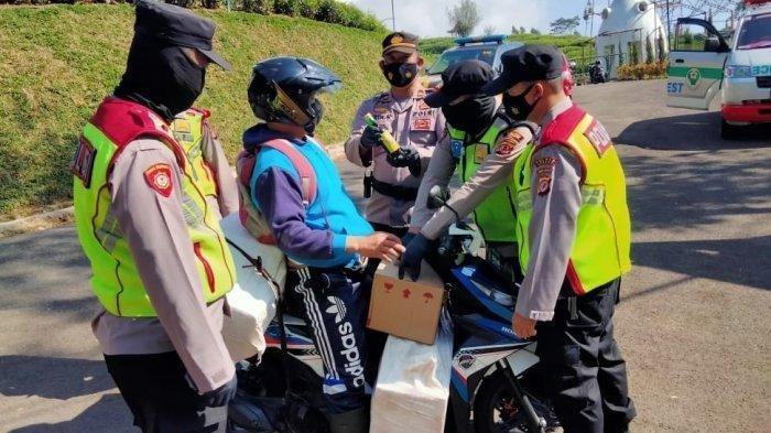 Pemudik Terjaring Razia Penyekatan di Tangkubanparahu, Bawa 96 Botol Miras
