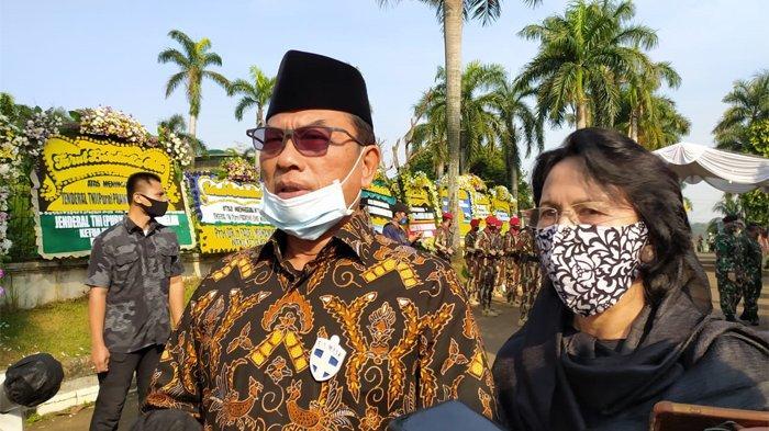 Kepala Staf Kepresidenan, Moeldoko saat melayat ke kediaman Pramono di Puri Cikeas Indah nomor 8, Bogor, Jawa Barat, Minggu (14/6/2020).