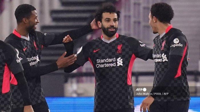 Gelandang Liverpool Mesir Mohamed Salah (tengah) mengatur gol pembuka selama pertandingan sepak bola Liga Premier Inggris antara West Ham United dan Liverpool di The London Stadium, di London timur pada 31 Januari 2021. John Walton / POOL / AFP
