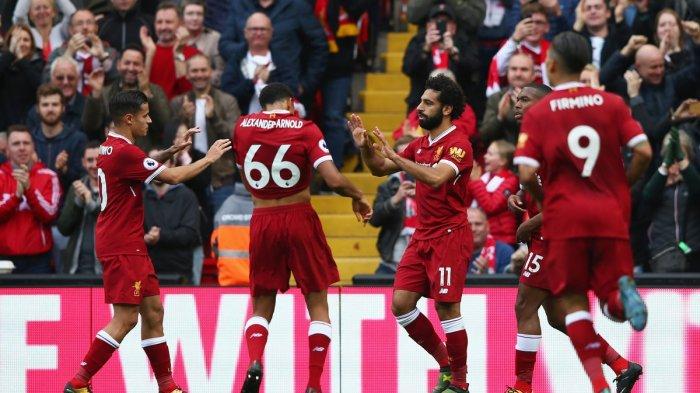 Penggawa Liverpool, Mohamed Salah mencetak gol ke gawang Burnley dalam lanjutan Premier League 2017/2018.