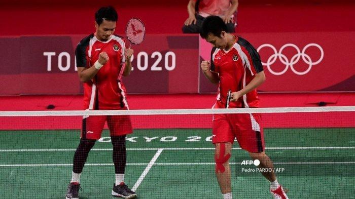 Mohammad Ahsan (kiri) dari Indonesia dan Hendra Setiawan dari Indonesia merayakan kemenangannya dalam pertandingan perempat final bulu tangkis ganda putra melawan Keigo Sonoda dari Jepang dan Takeshi Kamura dari Jepang pada Olimpiade Tokyo 2020 di Musashino Forest Sports Plaza di Tokyo pada 29 Juli 2021.