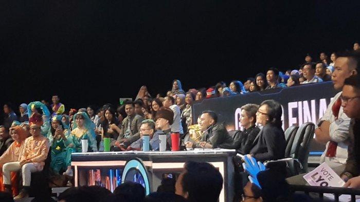 Momen saat Ahmad Dhani duduk di kursi juri grand final Indonesian Idol season X, studio RCTI+ Kebon Jeruk Jakarta Barat, Senin (24/2/2020).