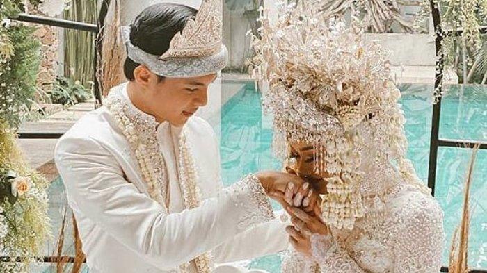 Pasangan selebriti muda Dinda Hauw dan Reynaldi Mbayang telah menggelar akad nikah pada Jumat (10/7/2020) kini keduanya sah menjadi sepasang suami istri.