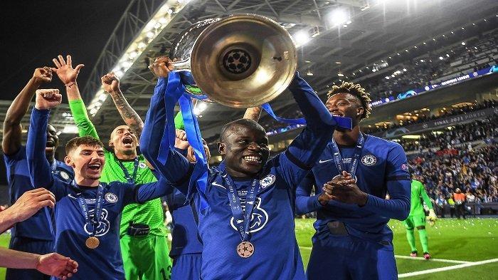 Gelandang Chelsea asal Prancis N'Golo Kante (tengah) mengangkat trofi usai memenangi laga final Liga Champions UEFA antara Manchester City dan Chelsea FC di stadion Dragao di Porto pada 29 Mei 2021.