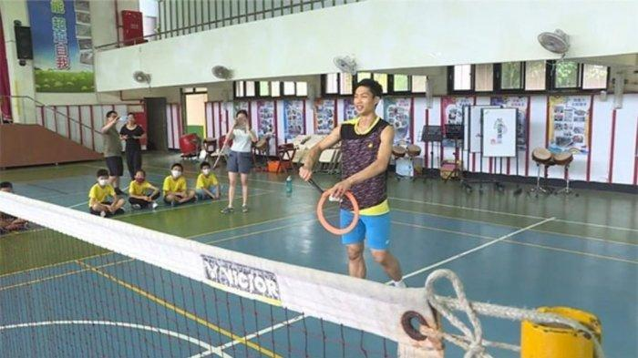 Tingkah Kocak Chou Tien Chen Bermain Badminton Gunakan Alat Penggorengan