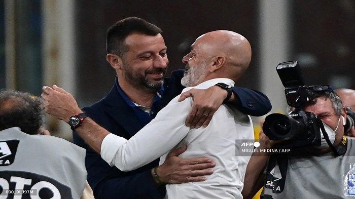 Pelatih Italia Sampdoria Roberto D'Aversa menyapa pelatih Italia AC Milan Stefano Pioli sebelum pertandingan sepak bola Serie A Italia antara Sampdoria dan AC Milan di stadion Luigi Ferraris di Genova pada 23 Agustus 2021.