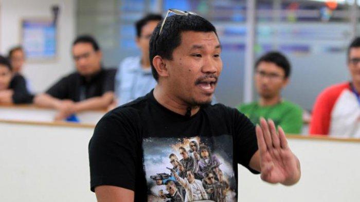 Pemain film Comic 8: Casino Kings, Mongol Stres saat mengunjungi kantor redaksi Kompas.com, Jakarta, Senin (22/6/2015). Film komedi yang diperankan artis stand up comedy atau biasa disebut comic tersebut akan tayang di bioskop mulai 15 Juli mendatang.