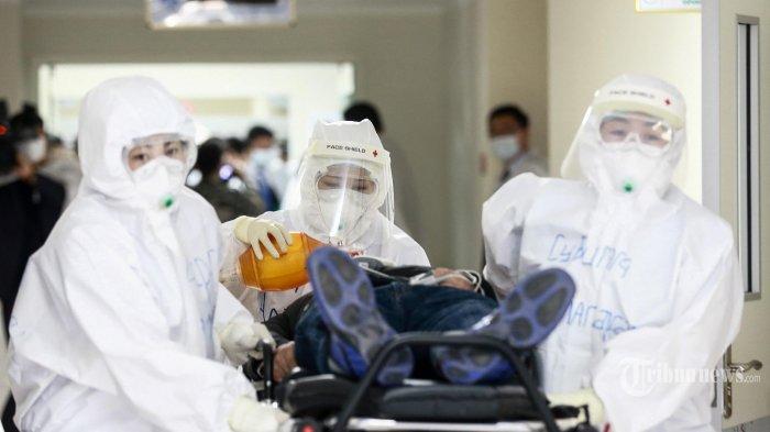Anggota staf dan petugas polisi mengenakan jas hazmat (APD) ketika mereka mengambil bagian dalam latihan mempersiapkan penanganan coronavirus COVID-19 di Ulaanbaatar, ibukota Mongolia. Kamis (7/5/2020). (AFP/Byambasuren BYAMBA - OCHIR) *** Local Caption *** Sepertiga Negara Dunia Terkena Covid-19 Mongolia Baru Latihan Penanganan