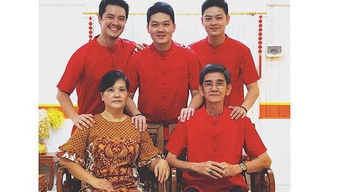 Rayakan Imlek Bersama, Morgan Oey dan Keluarga Kompak Kenakan Busana Merah