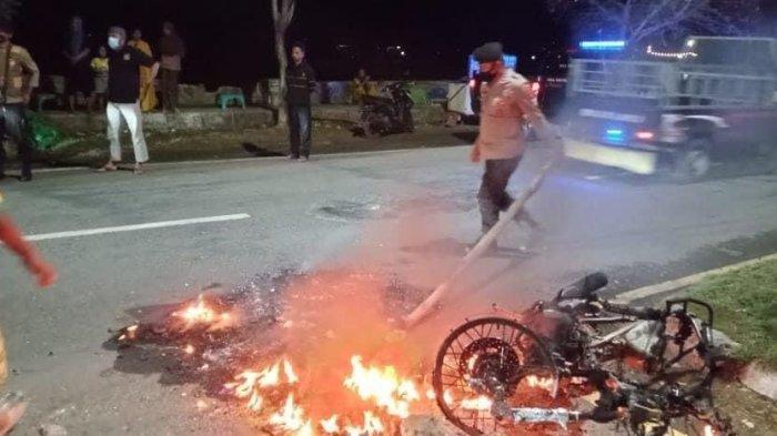 Penjambret Lolos dari Kejaran, Warga Kota Bima Melampiaskan Kekesalan Bakar Motor Pelaku