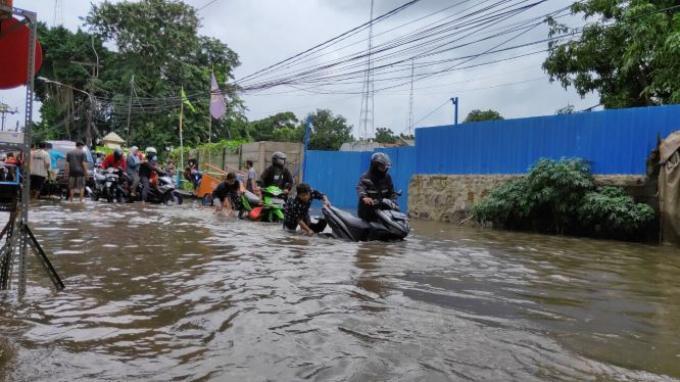 motor mogok karena banjir ciledug 1