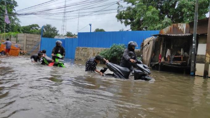 Saat Terjang Banjir, Pengendara Motor Matic Harus Tahu Tips Ini