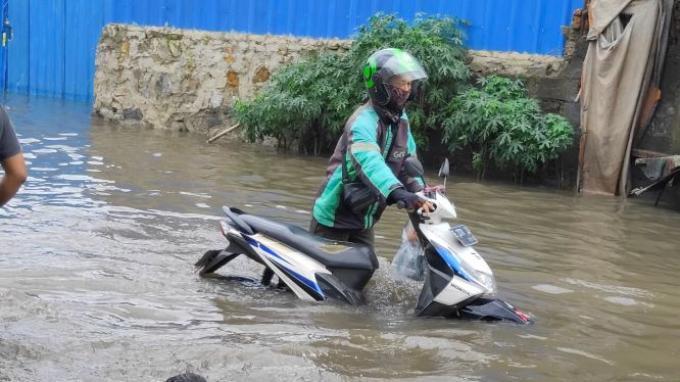 Jalan Joglo Raya Banjir 40 Cm, Opsi: Putar Balik atau Knalpot Terisi Air