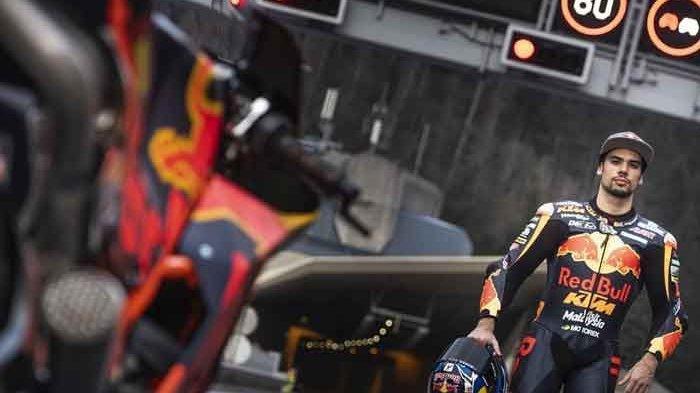 Miguel Oliveira bejek KTM RC16 di terowongan untuk pengambilan gambar promo MotoGP Austria 2019