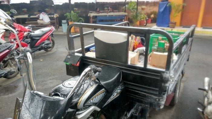 Seorang Pria Pengantar Ayam Goreng Luka Berat setelah Terjatuh dari Flyover Pasar Ciputat