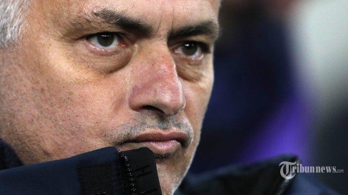 Ekspresi pelatih Tottenham Hotspur jose Mourinho usai timnya dikalahkan RB Leipzig, pada Babak 16 besar Liga Champions di Tottenham Hotspur Stadium, London, Rabu (19/2/2020). Tuan rumah Tottenham Hotspur harus menelan kekalahan atas tamunya RB Leipzig 0-1. AFP/ADRIAN DENNIS