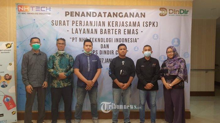 Penandatanganan Surat Perjanjian Kerjasama (SPK) 'Layanan Barter Emas' antara PT NHC Teknologi Indonesia dan Dindir Coop.