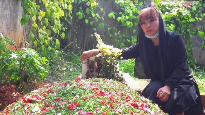 Nina Mpok Alpa usai pemakaman ayahnya di kawasan Ciganjur, Jakarta Selatan, Kamis (3/6/2021).