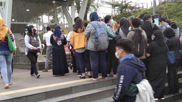 Pemandangan antrean mengular terjadi di akses masuk Stasiun MRT Dukuh Atas BNI.