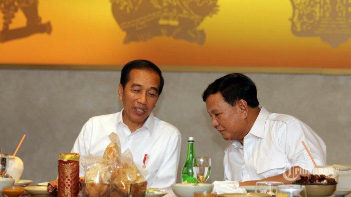 Presiden terpilih Joko Widodo berbincang dengan mantan Capres 02 yang juga Ketua Partai Gerindra Prabowo Subianto di sebuah rumah makan di Mall FX Sudirman, Jakarta, Sabtu (13/7/2019). Setelah ketegangan politik yang terjadi pasca PIlpres 2019, kedua tokoh tersebut akhirnya bertemu di Stasiun MRT Lebak Bulus dan bersama-sama menuju FX Sudirman. WARTA KOTA/ALEX SUBAN