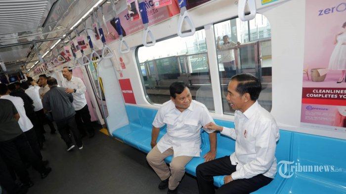 Presiden terpilih Joko Widodo berbincang dengan mantan Capres 02 yang juga Ketua Partai Gerindra Prabowo Subianto di dalam MRT, Jakarta, Sabtu (13/7/2019). Setelah ketegangan politik yang terjadi pasca PIlpres 2019, kedua tokoh tersebut akhirnya bertemu di Stasiun MRT Lebak Bulus dan bersama-sama menuju FX Sudirman. WARTA KOTA/ALEX SUBAN