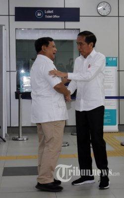 Presiden terpilih Joko Widodo bersalaman dengan mantan Capres 02 yang juga Ketua Partai Gerindra Prabowo Subianto di Stasiun MRT Lebak Bulus, Jakarta, Sabtu (13/7/2019). Setelah ketegangan politik yang terjadi pasca PIlpres 2019, kedua tokoh tersebut akhirnya bertemu di Stasiun MRT Lebak Bulus dan bersama-sama menuju FX Sudirman. WARTA KOTA/ALEX SUBAN