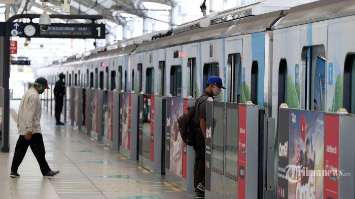 Sejumlah penumpang saat akan naik Moda Raya Terpadu (MRT) Jakarta di stasiun Blok M, Jakarta Selatan, Senin (20/4/2020). PT MRT Jakarta (Perseroda) menerapkan selang waktu keberangkatan antar kereta menjadi 30 menit sekali mulai Senin, 20 April 2020. Hal itu sebagai bagian dari dukungan penerapan pembatasan Sosial Berskala Besar (PSBB) di DKI Jakarta. Selain itu, tiga stasiun tidak akan beroperasi melayani penumpang diantaranya yaitu Stasiun Haji Nawi, Blok A, dan ASEAN. Tribunnews/Jeprima