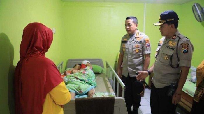 MS (13) , siswa SMPN 16 Malang yang diduga korban pembullyan saat dijenguk Polresta Malang Kota.