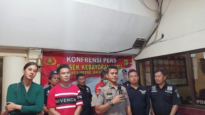 Muamar Rizky (27) pencuri sepeda motor milik Baim Wong tak banyak berkata ketika dihadirkan polisi dalam konferensi pers di Mapolsek Kebayoran Lama, Jakarta Selatan, Minggu (17/11/2019).