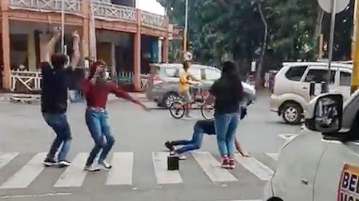 Demi Konten, 5 Muda-mudi Joget di Traffic Light, Berakhir Minta Maaf: Tidak Mengulangi Lagi