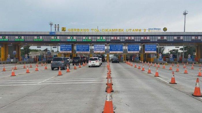 Situasi lalu lintas kendaraan yang melintas di Gerbang Tol (GT) Cikampek Utama 2.