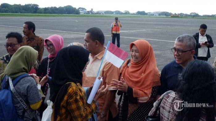 Anggota Komisi IX DPR RI Kurniasih Mufidayati (Hijab orange) bersama rombongan saat menyambut kedatangan sejumlah WNI yang telah menjalani observasi Virus Corona di Natuna saat tiba di Bandara Halim Perdana Kusuma, Jakarta Timur, Sabtu (15/2/2020). Sebanyak 238 WNI yang telah menjalani masa observsi virus Corona selama 2 pekan telah dinyatakan sehat oleh pemerintah melalui Kementerian Kesehatan diperbolehkan kembali ke keluarganya. Tribunnews/Jeprima