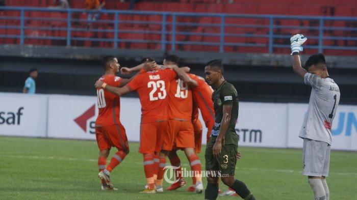 KECEWA - Pemain PS Tira Persikabo  Muhammad Abdul Lestaluhu  dan kiper Angga Saputra kecewa setelah kebobolan gol  pada lanjutan pertandingan Liga 1 di Stadion Segiri Samarinda Kalimantan Timur, Jumat (6/12/2019). PS Tira ditekuk Borneo FC dengan skor mencolok 1-4 .TribunKaltim.co/Nevrianto Hardi Prasetyo.