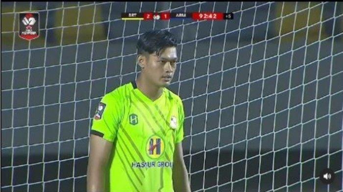 Muhammad Riyandi bersiap menghadapi tendangan penalti Bruno Smith dalam pertandingan pekan kedua fase grup A Piala Menpora 2021 antara Barito Putera vs Arema FC yang berakhir dengan skor 2-1 di Stadion Manahan, Solo, Kamis (26/3/2021)