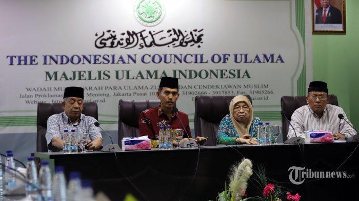 Sekretaris Komisi Fatwa Majelis Ulama Indonesia (MUI), Asrorun Niam Sholeh (kedua kiri) bersama Anggota Komisi Fatwa MUI Hamdan Rasyid (kiri), Ketua MUI Bidang Fatwa Huzaemah Tahido Yanggo (kedua kanan), dan Wakil sekretaris Fatwa MUI Abdurrahman Dahlan (kanan) saat memberikan keterangan di kantor MUI, Jakarta Pusat, Senin (16/3/2020). Dalam keterangan ini MUI memberikan fatwa mengenai virus Corona (Covid-19) bahwa umat Muslim diimbau melaksanakan salat lima waktu di rumah masing-masing. Bagi yang sudah terpapar diimbau untuk tidak melaksanakan salat Jumat dan menggantikannya dengan salat zuhur. Tribunnews/Jeprima