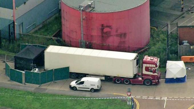Jenazah-jenazah ini ditemukan di dalam kontainer truk di Waterglade Industrial Park, Essex, Inggris.