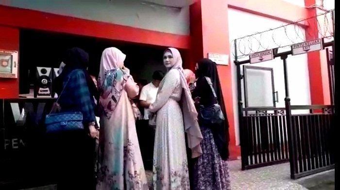 Penyanyi Mulan Jameela terlihat menyambangi LP Cipinang, Jakarta Timur, Senin (30/12/2019) pagi. Mulan Jameela terlihat tibad di LP Cipinang sekitar pukul 07.45 WIB.