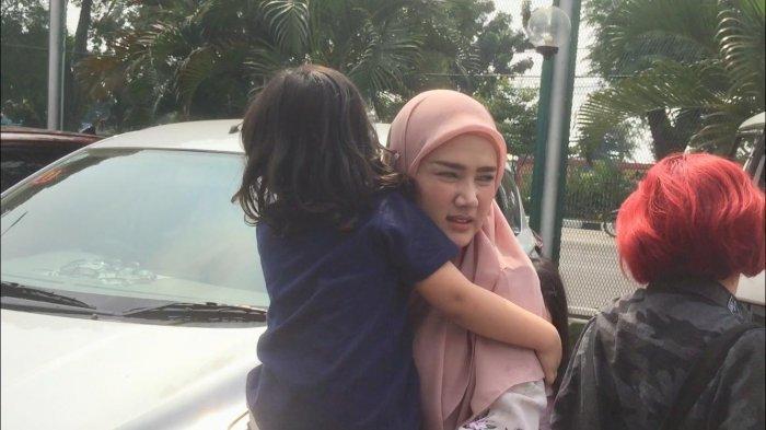 Mulan Jameela menggendong Ahmad Syailendra Aerlangga saat tiba di Rutan Klas 1 Cipinang Jakarta Timur, Kamis (13/6/2019).