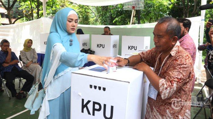 NYOBLOS - Mulan Jameela memberikan hak suaranya di TPS 049, Rw 08 Kelurahan Pondok Pinang, Kecamatan Kebayoran Lama, Jakarta selatan, Rabu (17/4/2019). (Warta Kota/Nur Ichsan)