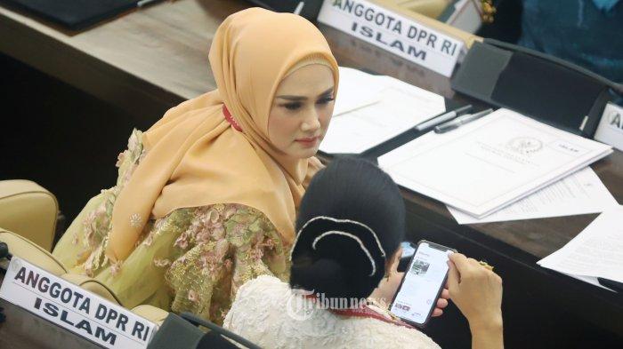Anggota DPR terpilih dari Partai Gerindra Wulansari atau Mulan Jameela saat menghadiri pelantikan anggota DPR di Kompleks Parlemen, Senayan, Jakarta Pusat, Selasa (1/10/2019). Mulan mengenakan baju bodo pakaian adat Bugis yang telah dimodifikasi karya desainer Didiet Maulana.