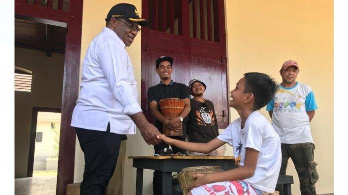 Wakil Menteri Pekerjaan Umum dan Perumahan Rakyat (PUPR), John Wempi Wetipo bercanda dengan anak-anak saat mengunjungi Benteng Oranje, Kota Ternate, Maluku Utara, Senin (27/1/2020).